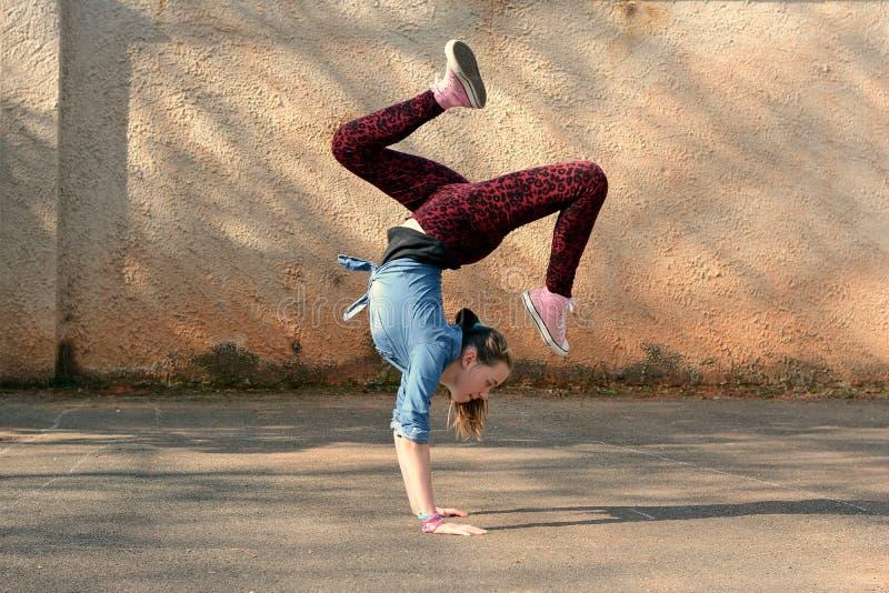 Breakdancemeisje royalty-vrije stock afbeelding