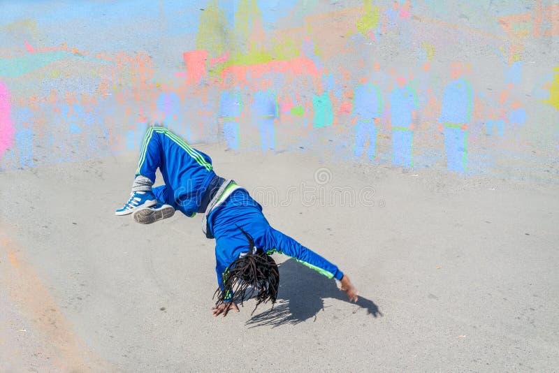 Breakdancer выполняя в улице стоковые фото