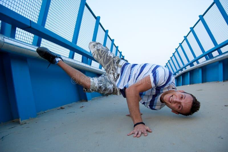 Breakdancer auf Brücke stockfotografie