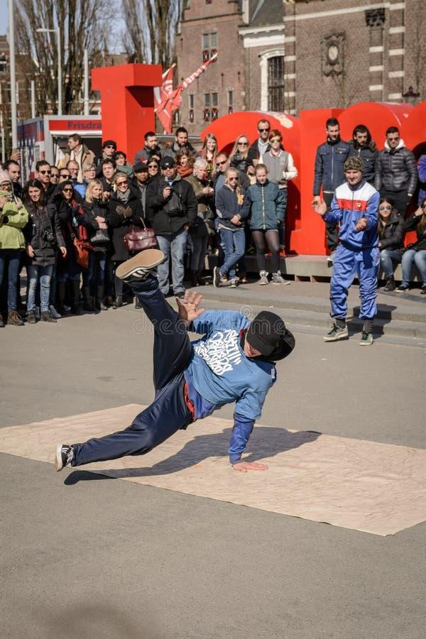 Breakdancer die in Museumplein in Amsterdam Nederland presteren Maart, 2015 stock afbeeldingen