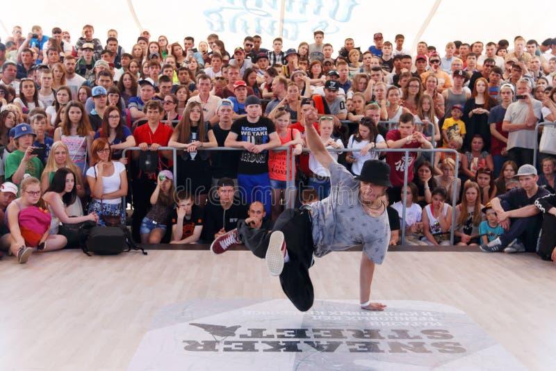 : Breakdancer exécute à la rue photo libre de droits