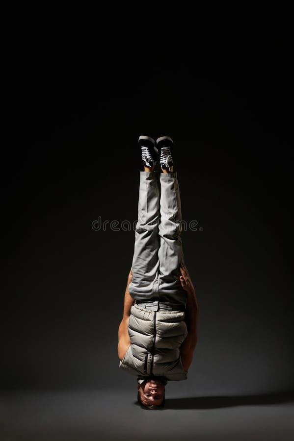 Breakdancer fresco que está em sua cabeça imagens de stock royalty free