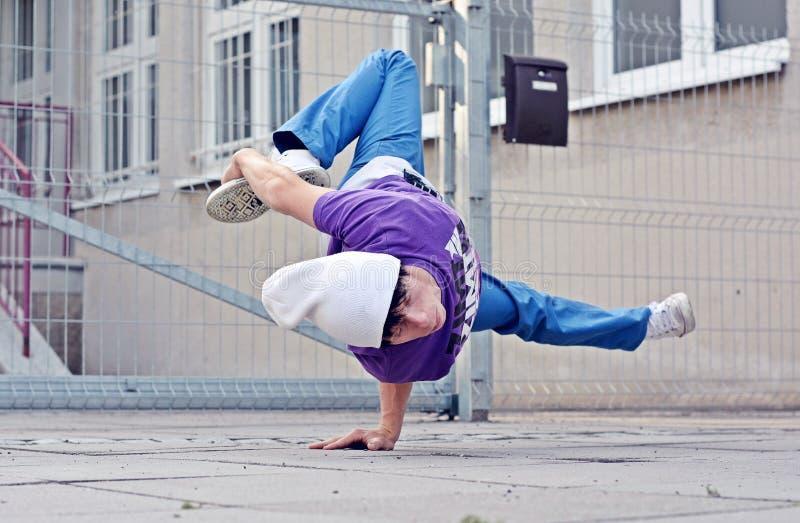 Breakdancer på gatan royaltyfria bilder