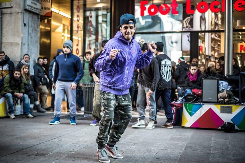 Breakdancerkerels in Milaan die in de straat dansen royalty-vrije stock afbeeldingen