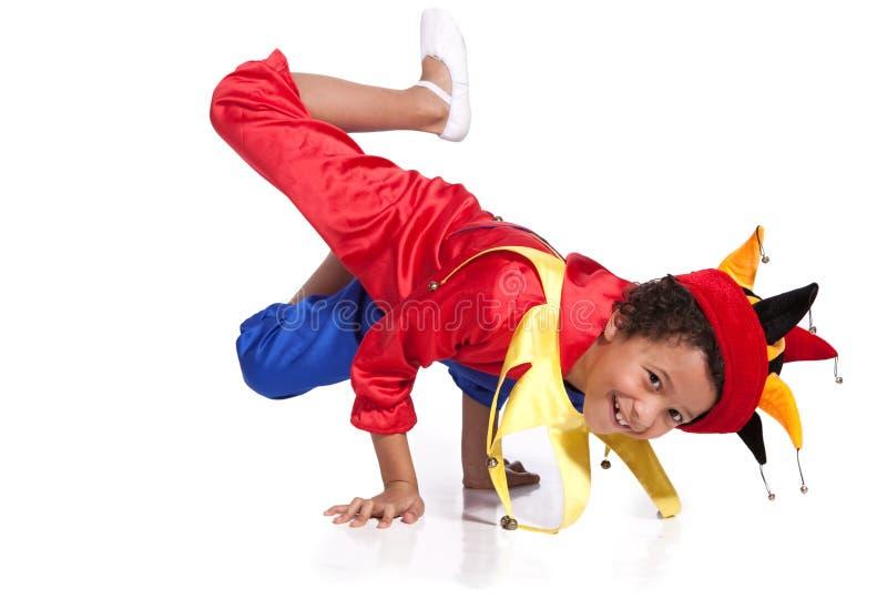 Breakdancing Junge gekleidet im Clownkostüm lizenzfreies stockfoto