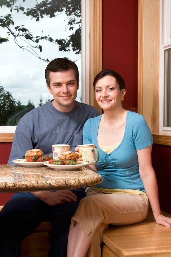 breakfast couple home smiling vertical στοκ φωτογραφία με δικαίωμα ελεύθερης χρήσης