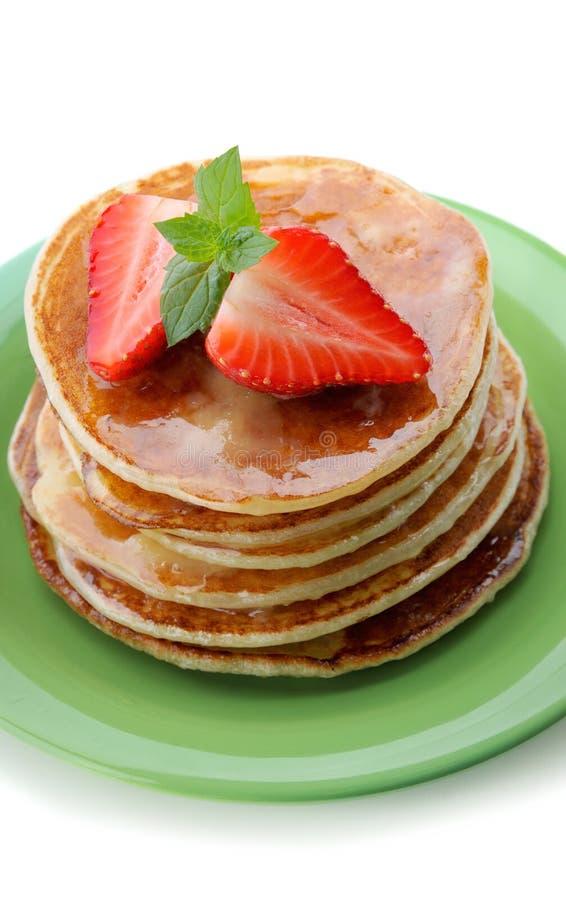 BreakfastPancakes с клубникой и медом стоковое изображение