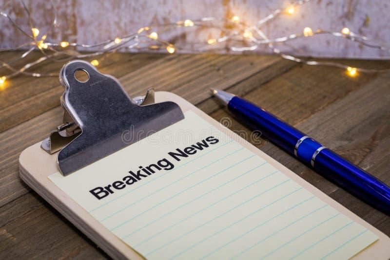 Breaking News concept met woorden op klembord stock afbeelding