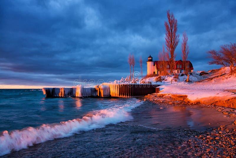 Breakwalls покрытое льдом на маяке Betsie пункта в Мичигане стоковое изображение