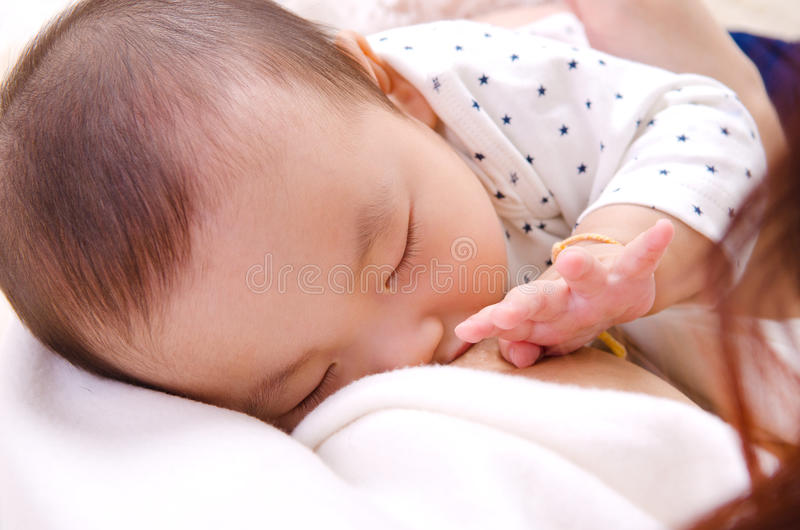 breastfeeding arkivfoto