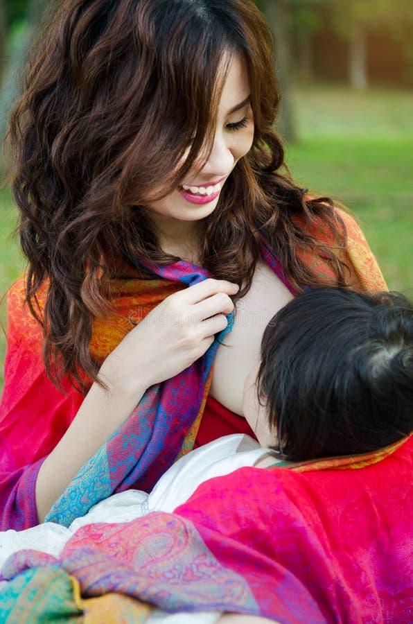 breastfeeding royaltyfri fotografi