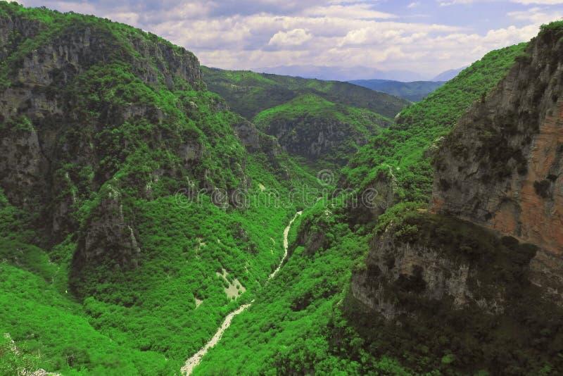 Breathtaking panoramiczny widok Vikos wąwóz w Pindus górach Epirus północny Grecja obrazy stock