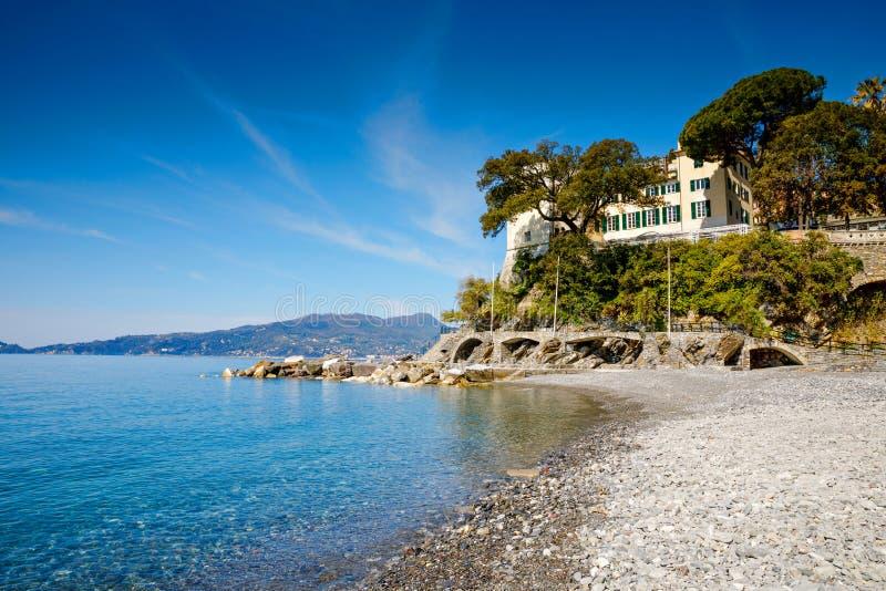 Breathtaking widok na morze śródziemnomorskie plaży na Liguria regionie w Włochy Wspaniały krajobraz Zoagli, Cinque Terre i obraz royalty free