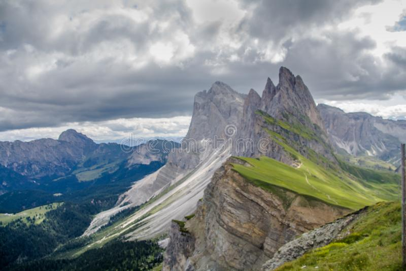 Breathtaking widok Seceda 2,500m góry szczyt z Puez Odle masywem w dolomitach obrazy stock