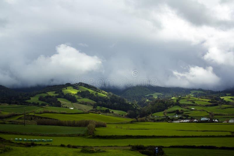Breathtaking widok Zielonego wzgórza mgły i krajobrazu otaczanie fotografia stock