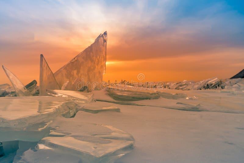 Brechen des Eises auf einfrierendem Wassersee mit nach Sonnenunterganghimmel, Baikal Russland lizenzfreies stockbild