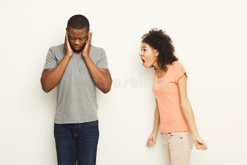 Brechen Sie oben, die verärgerten Paare, die an einander schreien stockbild