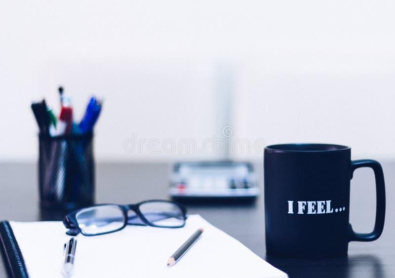 Brechen von Zeit Ein Kaffee, Gläser, Stift, Buch und Taschenrechner auf Holztisch stockbild