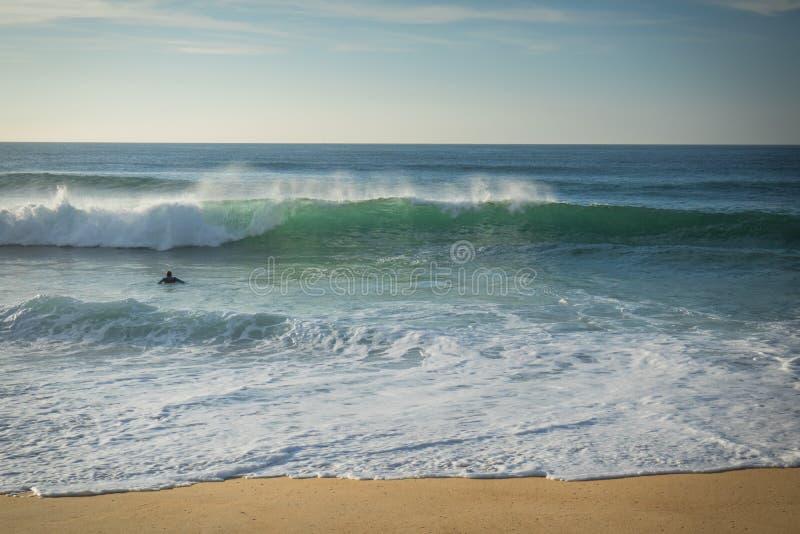 Brechende Welle der Surferschwimmens, die kommt, auf sandigem Strand der atlantischen Küste, capbreton, Frankreich unterzustützen lizenzfreies stockbild