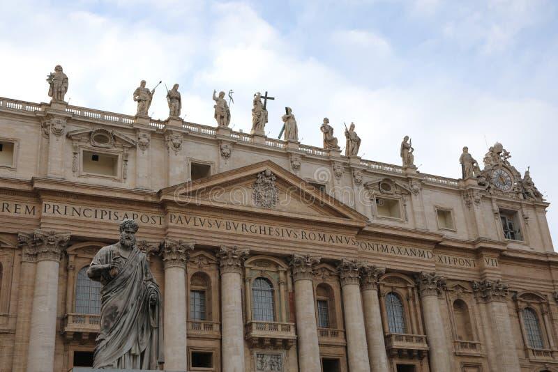 Bred basilika av St Peter i Vatican City och statyn av Sain royaltyfri fotografi