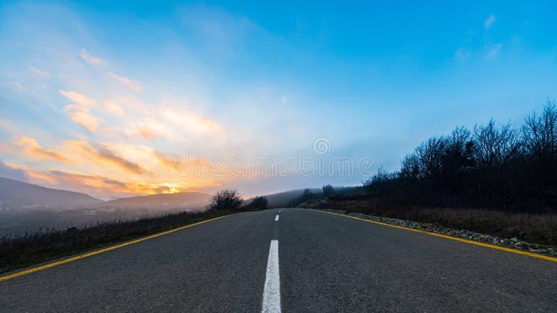 Bred bergväg arkivbild