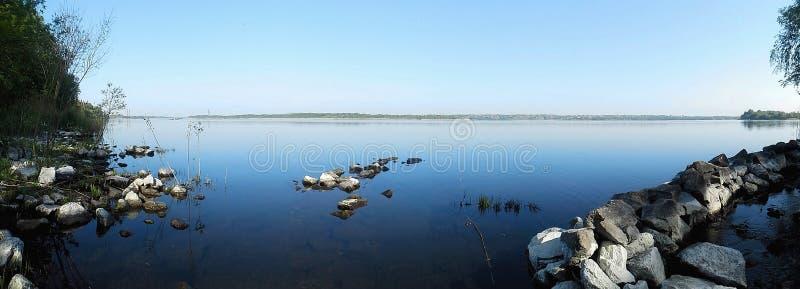 Bred flod arkivfoto