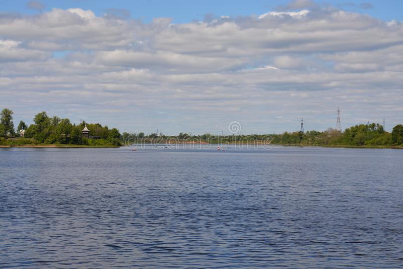 Bred flod i sommardag royaltyfria bilder