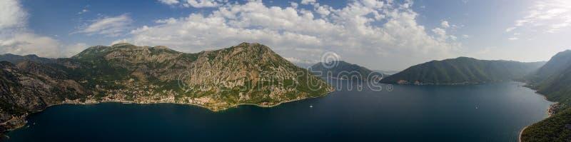 Bred flyg- sikt av den Kotor fjärden i Montenegro royaltyfri bild