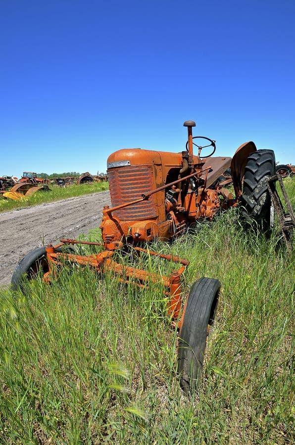 Bred främre traktor för gammalt fall fotografering för bildbyråer