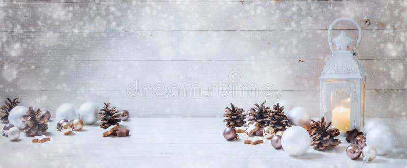 Bred julbakgrund med en stearinljusljuslykta, struntsaker, fotografering för bildbyråer
