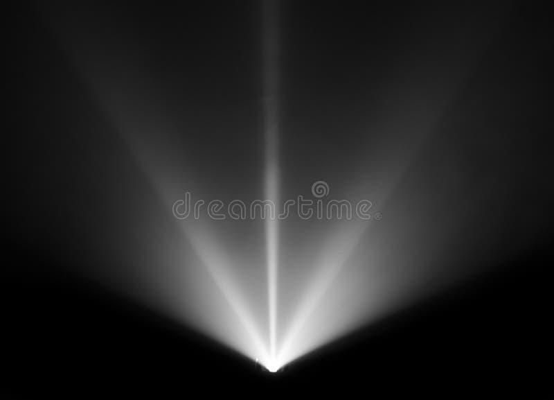 Bred linsprojektor med den svartvita ljusa strålen för film och bio på natten röktexturstrålkastare avskärma för fotografering för bildbyråer
