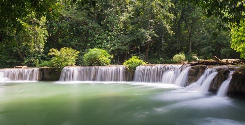 Bred liten vattenfall arkivfoton