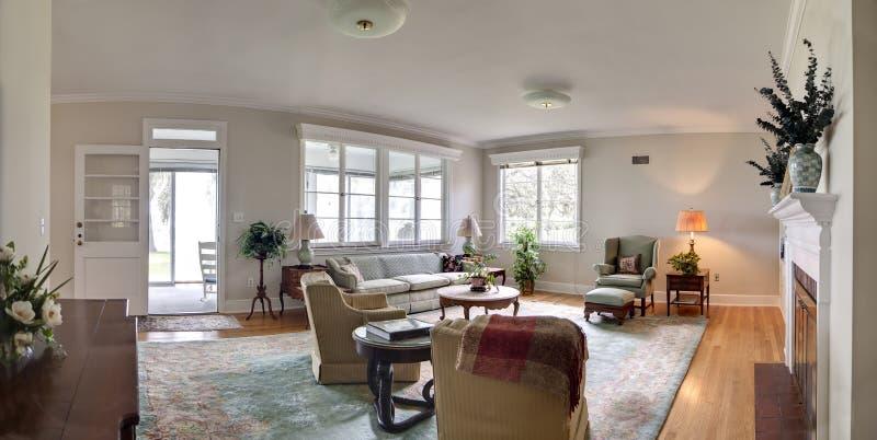 bred livingroompanorama royaltyfri foto