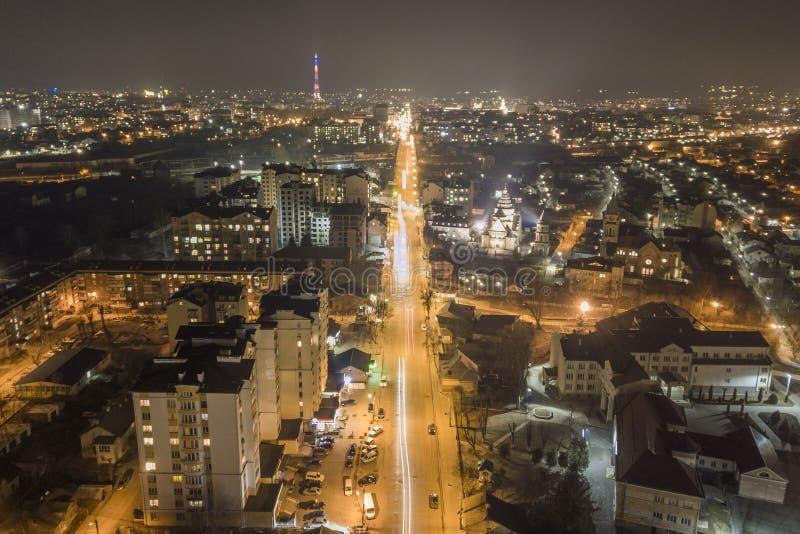 Bred nattpanorama, flyg- bästa sikt av den moderna staden Plats av ljusa ljus av högväxta byggnader, upplysta gator, högt royaltyfri bild