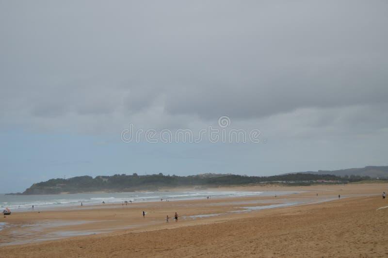 Bred och lång Somo strand i fjärden i Front Of Santander Augusti 24, 2013 Santander Cantabria Semesternaturgata arkivfoto