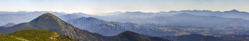 Bred panorama av gröna bergkullar i soligt klart väder Landskap för Carpathian berg i sommar Sikt av stenig maximumcovere arkivfoto