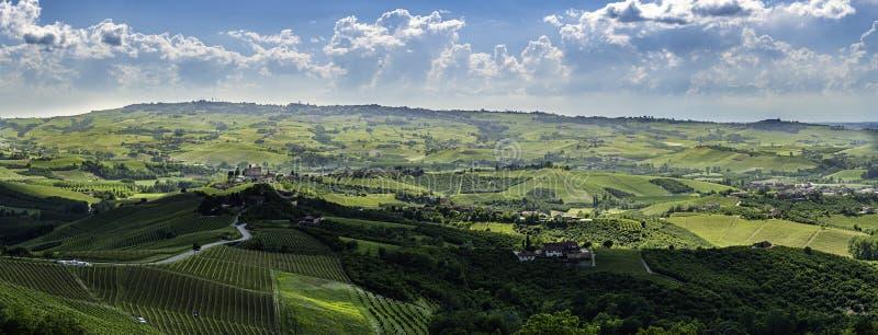 Bred panorama av langheregionen i nordliga Italien med vingårdar arkivbilder