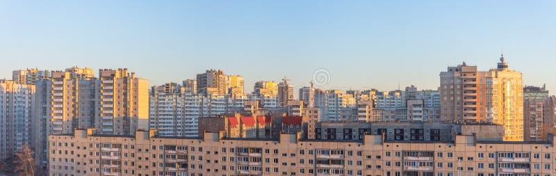 Bred panoramasikt av bostads- höghus, i aftonen på solnedgången royaltyfri fotografi