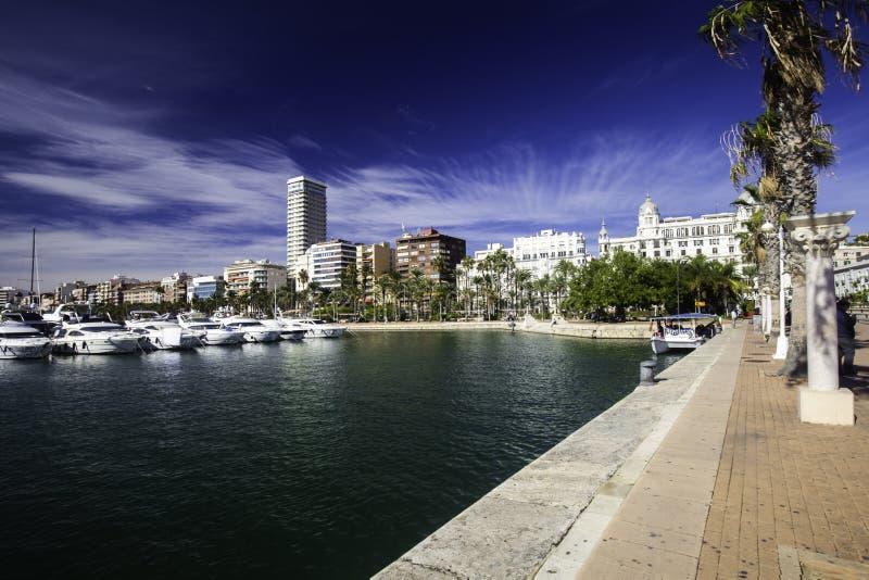 Bred promenad i hamnen med lyxiga yachter, Alicante, Spanien arkivbilder