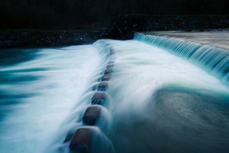 Bred rörande flodström i trän fotografering för bildbyråer