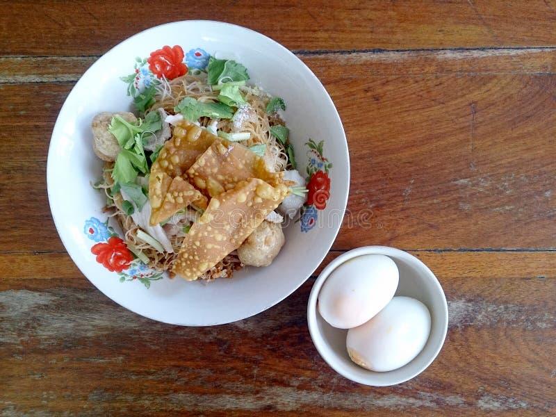Bred risnudelsoppa med grönsaker och kött, ägg arkivfoto
