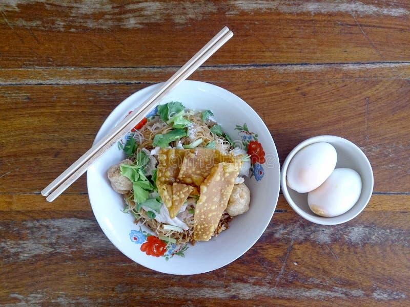 Bred risnudelsoppa med grönsaker och kött, ägg royaltyfria bilder