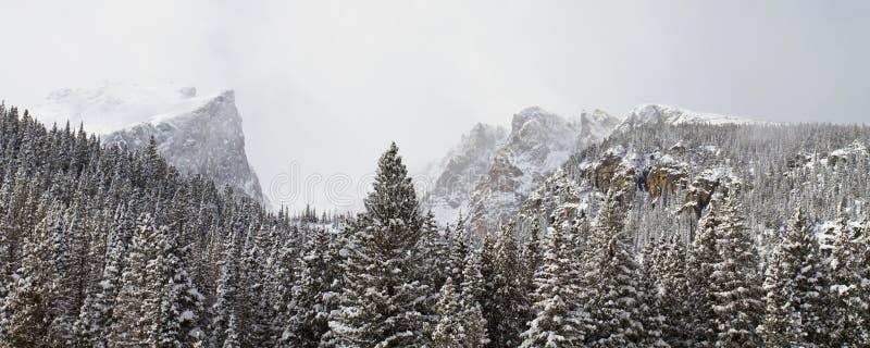 Bred sikt av berglandskapet i vinter arkivbild