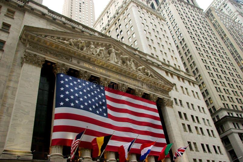 Bred sikt av New York Stock Exchange på Wall Street arkivbilder