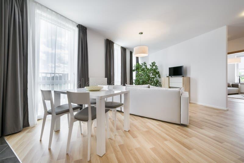 Bred sikt av vardagsrum i scandinavian stil arkivfoto
