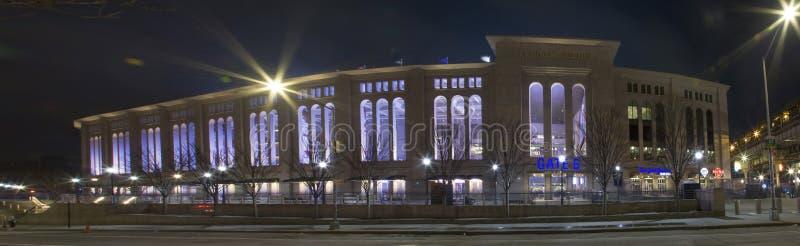Bred sikt av Yankee Stadium på natten i Bronxen New York fotografering för bildbyråer