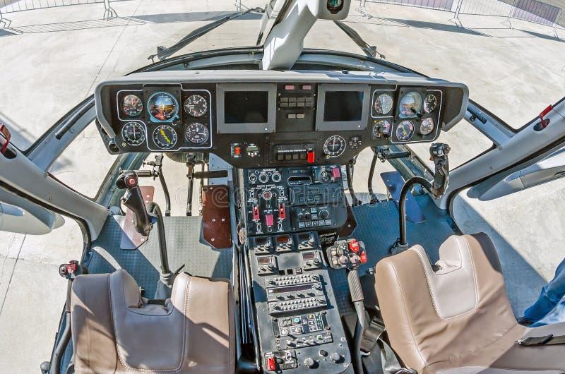 Bred sikt, en cockpit av en liten helikopter, en kontrollbord och ett styrninghjul arkivbilder