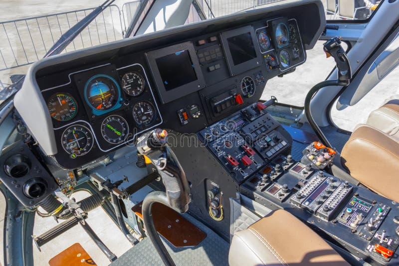 Bred sikt, en cockpit av en liten helikopter, en kontrollbord och ett styrninghjul fotografering för bildbyråer