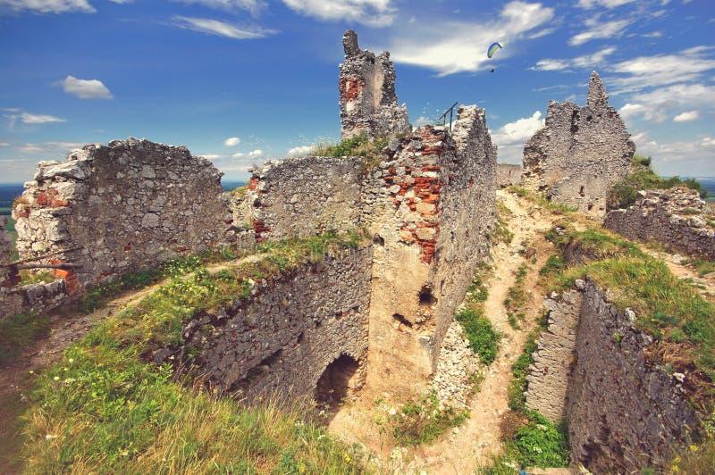 Bred sikt för Plavecky slott, Slovakien royaltyfria bilder