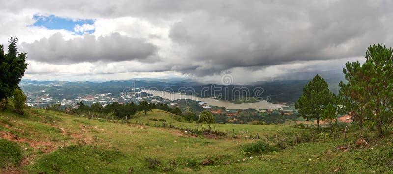 Bred sikt med storm- och regnmoln från berglangbiangen i Da-laten, Vietnam royaltyfri foto
